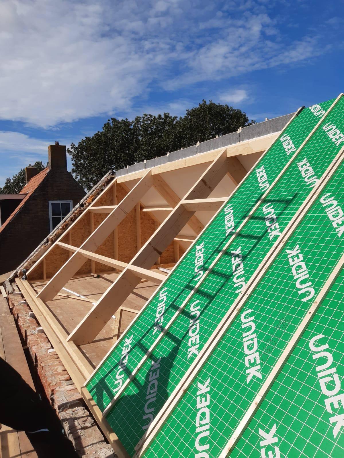 foto nieuwe kap met dakkapel in aanbouw